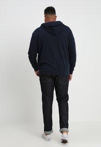 Jack & Jones - JJEHOLMEN  ZIP HOOD PLUS - Zip-up hoodie - navy blazer - 2