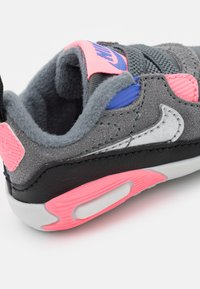 Nike Sportswear - MAX 90 CRIB - First shoes - smoke grey/metallic silver/sunset pulse - 5