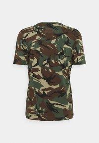 adidas Performance - CAMO - T-shirt med print - green oxide/semi solar gold - 1