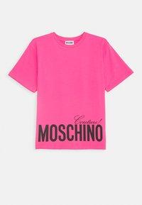MOSCHINO - MAXI OVERSIZE - Print T-shirt - fuxia - 0