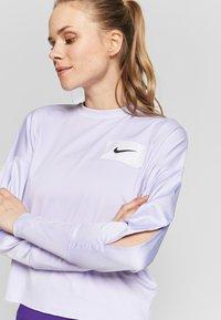 Nike Performance - MIDLAYER CREW REBEL - Camiseta de deporte - lavender mist/white/black - 4