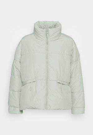 PCFREEDA SHORT OVERSIZE PUFFER JACKET - Winter jacket - aqua gray