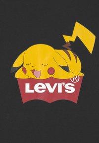 Levi's® - POKEMON GRAPHIC PIKACHU UNISEX - Print T-shirt - black - 2