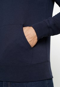 GANT - SHIELD HOODIE - Jersey con capucha - evening blue - 5