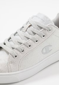 Champion - LOW CUT SHOE ALEX GLITTER - Træningssko - offwhite - 5