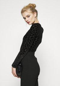 Never Fully Dressed - FLOCKED GIRAFFE PRINT BODYSUIT - Top sdlouhým rukávem - black - 4