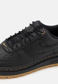 Nike Sportswear - AIR FORCE 1 LUXE - Sneakers laag - black/bucktan/yellow - 7