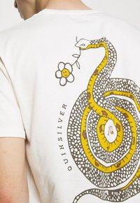 Quiksilver - CAUTIONARY TALE - Print T-shirt - antique white - 5