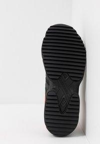 adidas Originals - YUNG-96 TRAIL - Sneakers - core black/trace grey metallic/flash orange - 4