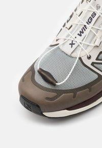 Salomon - SHOES XT-WINGS 2 ADV UNISEX - Sneakers basse - quarry/vanilla ice/green geckog - 5