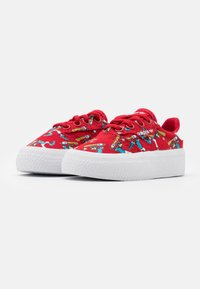 adidas Originals - DISNEY GOOFY 3MC VULCANIZED SHOES UNISEX - Trainers - scarlet/footwear white - 1