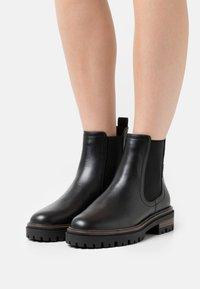 Tamaris - Kotníkové boty na platformě - black matt - 0