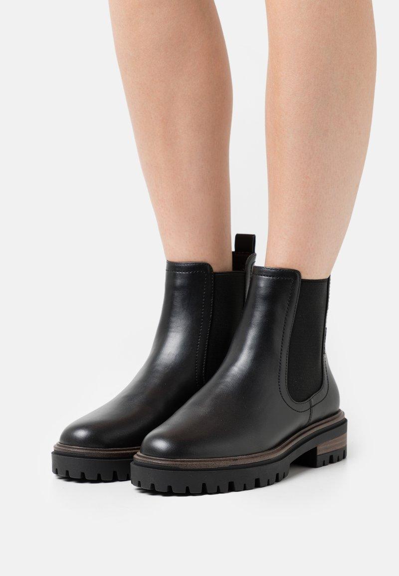 Tamaris - Kotníkové boty na platformě - black matt