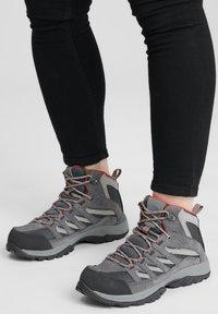 Columbia - MID CRESTWOOD™ MID WATERPROOF - Walking trainers - graphite, daredevil - 0