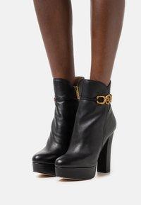 Guess - SADORA - Kotníkové boty na platformě - black - 0