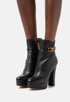 SADORA - Kotníkové boty na platformě - black