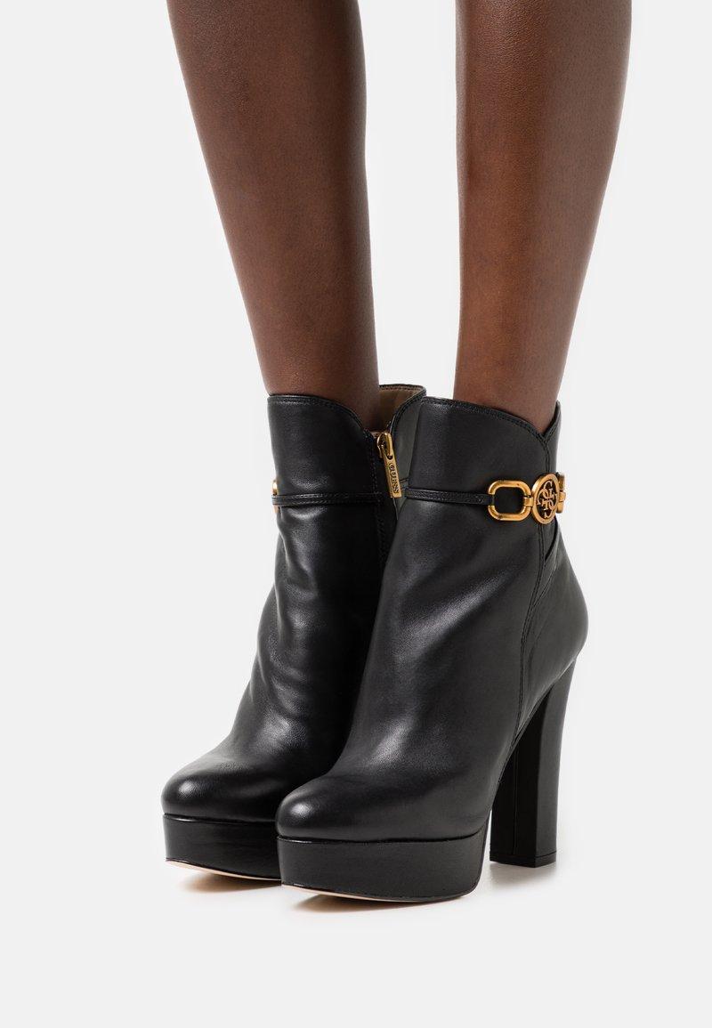 Guess - SADORA - Kotníkové boty na platformě - black