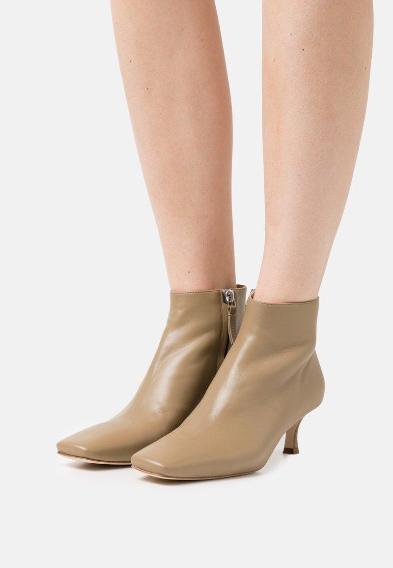 Joseph - SQUARE TOE - Boots à talons - mud