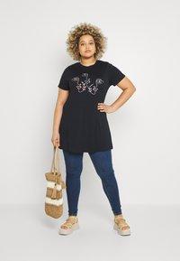 Simply Be - SCRIBBLE FACE LONGLINE - Print T-shirt - black - 1