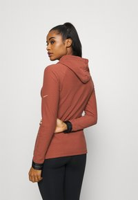 Nike Performance - Fleece jumper - claystone red/metallic gold - 2