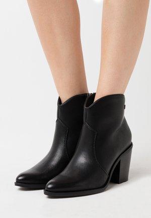 LAMBRA - Boots à talons - lantana