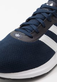 adidas Originals - SWIFT RUN - Sneakersy niskie - conavy/ftwwht/cblack - 5