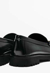 Massimo Dutti - MIT RAFFUNG UND SCHNALLE - Slip-ons - black - 3