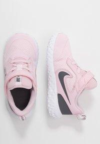 Nike Performance - REVOLUTION 5 UNISEX - Obuwie do biegania treningowe - pink foam/dark grey - 0
