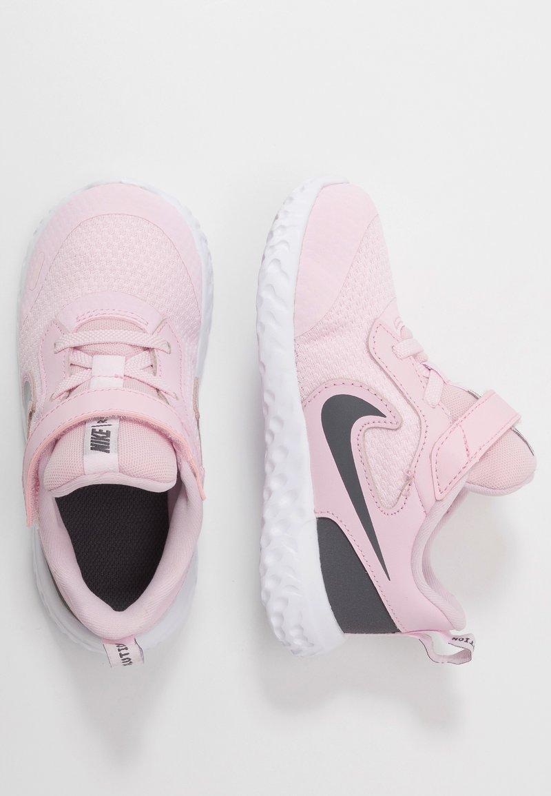 Nike Performance - REVOLUTION 5 UNISEX - Obuwie do biegania treningowe - pink foam/dark grey