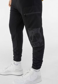 Bershka - MIT PRINT UND TASCHEN  - Pantaloni sportivi - black - 3