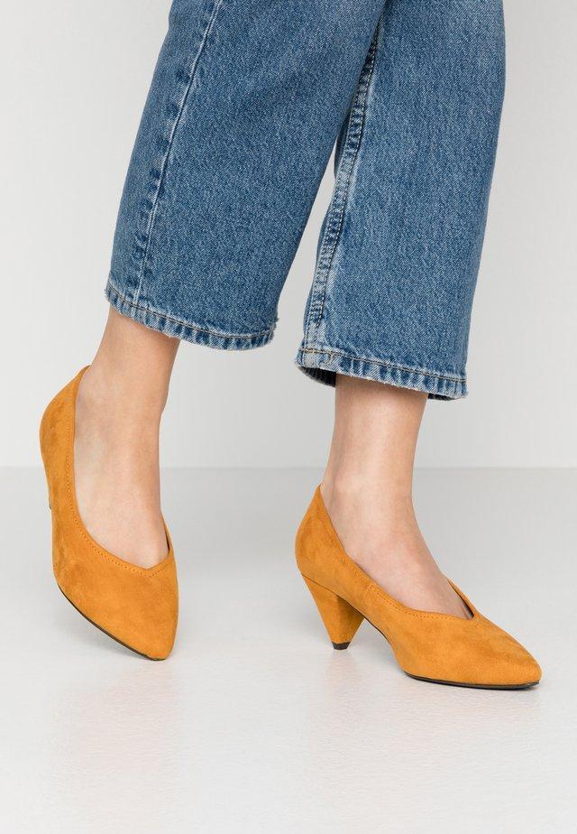 WIDE FIT FLISS CONE HEEL COURT - Classic heels - mustard