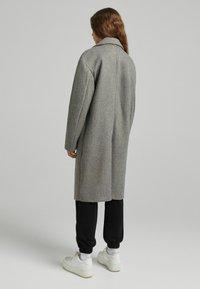 Bershka - MIT FALLENDEN SCHULTERNÄHTEN  - Klasický kabát - grey - 2