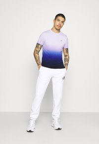 Hollister Co. - CREW OMBRE - T-shirt med print - purple/navy - 1
