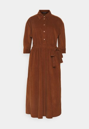 DRESS FEMININ STYLE BELTED WAIST - Shirt dress - toffee brown