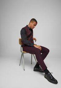 Jack & Jones PREMIUM - Suit trousers - vineyard wine - 3