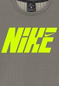 Nike Performance - Print T-shirt - khaki/volt - 3