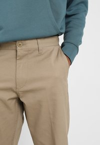 Obey Clothing - STRAGGLER FLOODED PANTS - Broek - khaki - 3