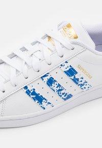 adidas Originals - SUPERSTAR UNISEX - Tenisky - footwear white/blue/gold metallic - 5