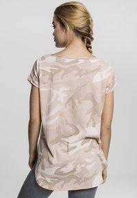Urban Classics - CAMO  - Print T-shirt - rose camo - 1