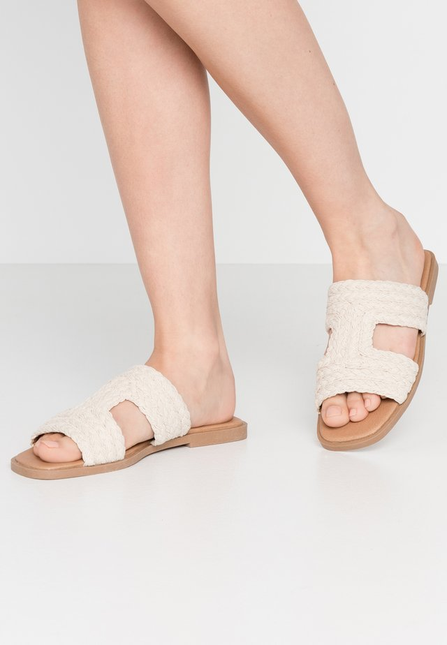 POPPY CUT OUT SLIDE - Matalakantaiset pistokkaat - white