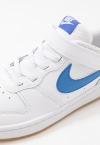 Nike Sportswear - COURT BOROUGH 2 UNISEX - Sneaker low - white/pacific blue/university red/light brown - 2