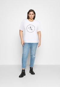 Calvin Klein Jeans Plus - ROUND LOGO STRAIGHT TEE - Print T-shirt - bright white - 1