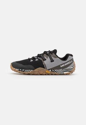 TRAIL GLOVE 6 SOLUTION DYE - Minimalist running shoes - black/white
