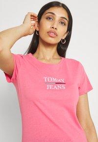 Tommy Jeans - ESSENTIAL - Triko spotiskem - botanical pink - 3
