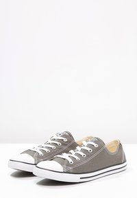 Converse - CHUCK TAYLOR ALL STAR OX DAINTY - Trainers - gris foncé / blanc - 3