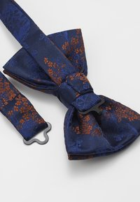 Burton Menswear London - CHINA BOW TIE AND MATCHING POCKET SQUARE SET - Pocket square - navy - 3