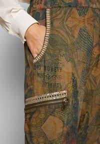 Desigual - PANT CORFU - Pantalon classique - verde bosque - 4