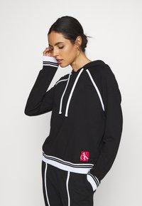 Calvin Klein Underwear - SOCK LOUNGE HOODIE - Pyjama top - black - 0