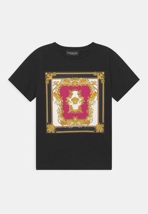 MEDUSA RENAISSANCE LOGO - Print T-shirt - nero/fucsia/oro/bianco
