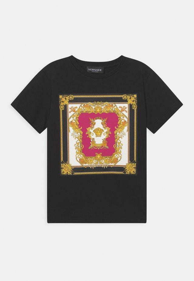 MEDUSA RENAISSANCE LOGO - T-shirt con stampa - nero/fucsia/oro/bianco